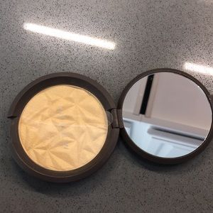 BECCA Makeup - Becca highlighter Pressed in Champagne Gold